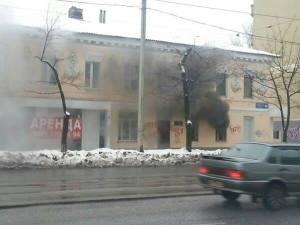 """Τα γραφεία της εφημερίδας """"Slavyanka"""" στο Χάρκοβο, παραδίδονται στις φλόγες μετά από φασιστικό εμπρησμό. Η εφημερίδα φιλοξενούσε άρθρα κριτικής στα ουκρανικά τάγματα Αζόφ, Αϊντάρ κ.α. που πραγματοποιούν γενοκτονία στο Ντονμπάς."""